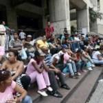 El grupo de mujeres se mantuvo en las afueras del Centro Financiero Latino durante todo el día y parte de la noche.