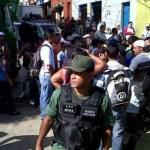 Un grupo de damnificados protesta desde tempranas horas de este viernes en la calle Los Baños, en el sector aledaño al puerto de La Guaira.