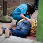 Una mujer llora en abril sobre el cadáver de su hermano, en una calle de Petarel.  Foto / C. MOSTOLLER (SIPA PRESS)