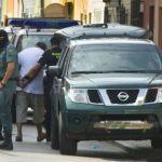 """Varios miembros de la Guardia Civil detienen a un hombre sospechoso de """"adoctrinamiento y entrenamiento terrorista""""."""