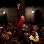 Un partidario de  Chávez manifiesta su emoción durante un servicio religioso por la salud del mandatario en la iglesia Riverside, en Nueva York, el 21 de septiembre.