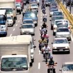 """Hay más de 50 mil motorizados en Caracas. La norma """"imaginaria"""" es que vayan al lado del canal rápido, pero no siempre cumplen."""