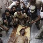 El pueblo libio visita el cuerpo del asesinado líder libio Muammar Gaddafi dentro de un congelador de almacenamiento en Misrata.