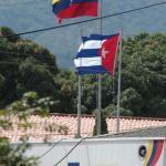 La bandera de Cuba ondea junto al pabellón nacional nunca antes en ninguna de unidad militar, llegó a enarbolarse una bandera extranjera.