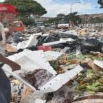En los alrededores del Mercado Municipal de Catia la cantidad de basura preocupa a los vecinos por las enfermedades que puede causar.