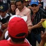 """""""Funcionarios"""" del Sebin, formaron una barricada humana para impedir que el precandidato presidencial Pablo Pérez, entrara al Velódromo J.J Mora."""