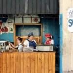 Un hombre compra un helado en una cafetería estatal, en La Habana (Cuba).