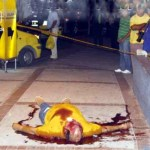 """El hermano menor de """"Antonito"""" Meleán, Nelson Meleán, yace después de haber sido fulminado de diez disparos. Salía en compañía de sus hijas del centro comercial """"Ocean Mall"""", Santa Marta, departamento colombiano del Magdalena, rumbo a su residencia. Cuando levantaron el cuerpo, poseía una cédula de identidad falsa."""