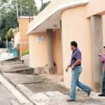 Momento cuando los funcionarios del Cicpc abandonaban la quinta, ubicada en la Urb. Palmarito, donde vivía la víctima.