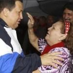 """Un conmovido, Chávez formuló una plegaria a Dios en la que pidió vida, rogó: """"No me lleves todavía, dame tu cruz, dame tus espinas, dame tu sangre que yo estoy dispuesto a llevarlas pero con vida""""."""