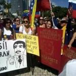Cientos de venezolanos se concentran en la Plaza Bolívar en Miami para demandar una reconsideración de la medida.