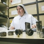 La hermana Mª  Eugenia Noreña, dir. del colegio Sta. Ana, cuyas actividades estuvieron suspendidas tres semanas, mostró los restos de 8 bombas lacrimógenas que cayeron en el plantel, además de un proyectil.