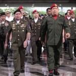 Chávez camina junto al Gral. Henry Rangel, durante una reunión con el personal militar en Caracas, 13 de junio 2012.