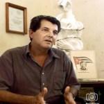 El disidente cubano Oswaldo Payá conversa con periodistas en su casa de La Habana, luego de recibir el Premio Sajarov del Parlamento Europeo.