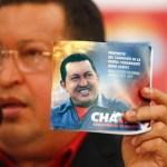 """Chávez sostiene un facsímil de """"propaganda' con unos años de menos y mas """"promesas"""" de ser reelecto el 7-O."""