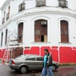 """Gran sorpresa tuvieron transeúntes y automovilistas cuando pintores oficialistas comenzaron a pintar de rojo la fachada del """"Palacio de Los Leones""""."""