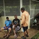 La migrante cubana Mayra Reyes, sentada en cuarto lugar desde la derecha, descansa en un refugio con otros cubanos con los que viajaba, junto con otros migrantes de Bangladesh, después de ser descubierta por la policía fronteriza panameña en Meteti, Panamá,
