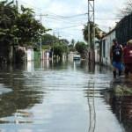 Las calles de acceso se han convertido en ríos. Diez familias del sector Brisas del Lago, al sur de Maracay, se encuentran incomunicadas.