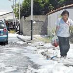Poca gente se atreve a caminar por las calles cubiertas del líquido utilizado para apagar los incendios, porque temen contaminarse como muchas personas que tienen erupciones y problemas respiratorios, consecuencia de los gases emanados por los tanques en llamas.