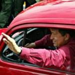 chavez manejando un Escarabajo Volkswagen rojo