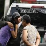 Familiares de Kelvin José Morantes esperaban desconsolados la entrega del cuerpo, ayer en las afueras de la medicatura forense.