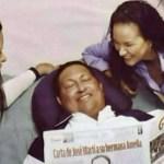 """Chávez e hijas sosteniendo el pasquin cubano gramma es """"notable esfuerzo"""" de las hijas por mostrarse sonrientes."""