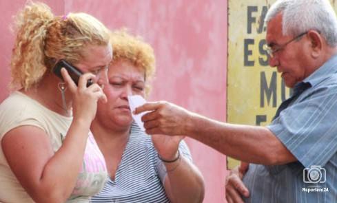 Los familiares de la víctima Deivis Meleán esperaron el cuerpo fuera de la morgue de la Facultad de Medicina para trasladarlo a Machiques.