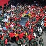 """""""Chávez al Panteón, junto con Simón'', gritó una muchedumbre a la salida del hospital en referencia al Panteón Nacional."""