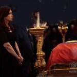 La presidenta argentina no esperó el termino del funeral de Chávez y sorpresivamente partió de Venezuela.