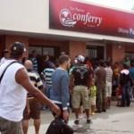Usuarios de Conferry protestaron ayer en las oficinas de la empresa en Puerto La Cruz, por suspensión de salidas.