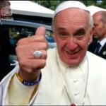 El Papa Francisco en la JMJ Brasil, portando una pulsera con la bandera de Venezuela.