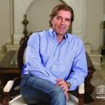 Claudio Osorio, en la sala de su casa, posa para una historia de Poder Magazine sobre su compañía Innovida, en el 2011.