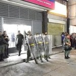Un grupo logró entrar a una farmacia y causaron daños parciales, sin embargo, las autoridades tomaron el control de la situación.
