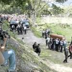 El sepelio de Mónica Spear y Thomas Henry Berry congregó a una multitud pocas veces vista en el Cementerio del Este. Fue una demostración de afecto y pesar que abrumó a los familiares de la Miss Venezuela 2004 y de su ex esposo.