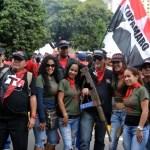 """La banda hampónil manifestó estar """"Armados con la Constitución"""", (* """"Constitución"""" es un facsímil de fusil de guerra) de esta manera los Tupamaros dijeron presente en la concentración del 4-F."""