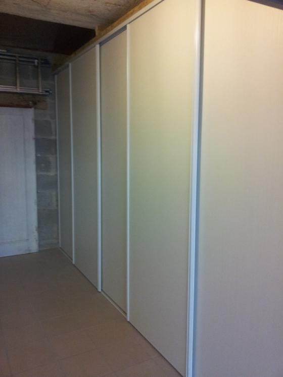 A parede deste apartamento em Nova York esconde dois tipos de mesas