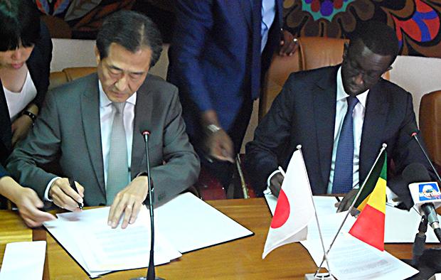 Amadou Bâ MEF et Takashi Kitahara Ambassadeur du Japon au Sénégal signant un accord de financement pour la construction d'un centre d'application de la santé de la mère et de l'enfant à l'ENDSS