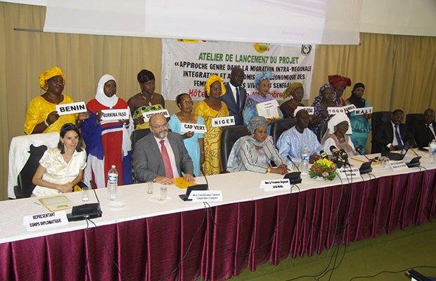 Madame Khady Fall Tall, présidente de l'(AFAO) en compagnie de femmes migrantes vivant au Sénégal et venant divers horizons de la sous-région