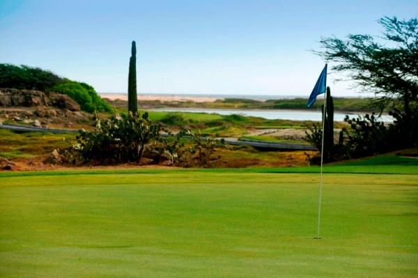 Jogando golfe com linda vista em Tierra Del Sol - Aruba_Credito_ATA