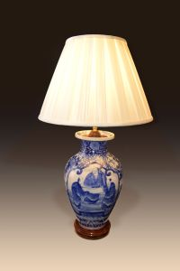 ANTIQUE CHINESE BLUE AND WHITE VASE CONVERTED TO A TABLE LAMP