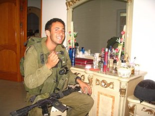 idf soldier preens for camer