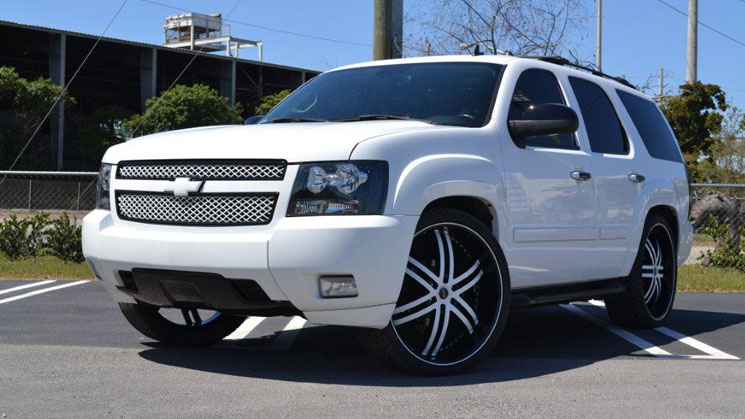 white-chevrolet-tahoe-status-s817-knight-6-mc-customs-miami-chevy-26-inch-alloy-rides