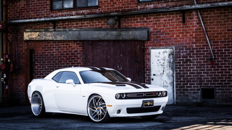 white-dodge-challenger-widebody-savini-sv62-gunmetal-high-polish-brushed-lip-1-830x553