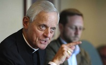 Donald Wuerl pointant du doigt