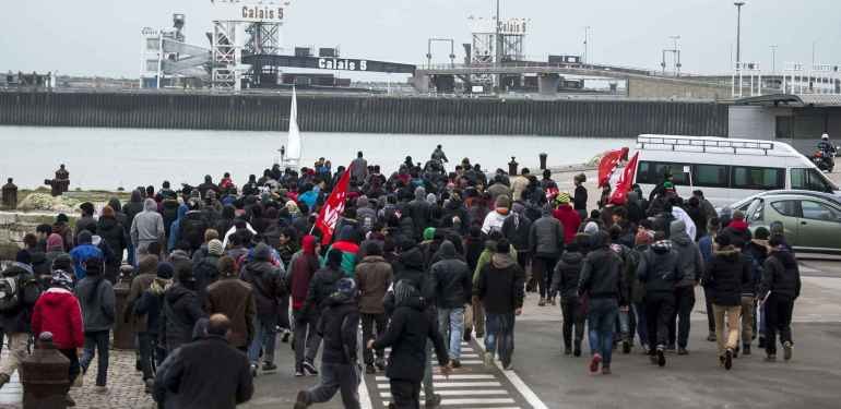 2048x1536-fit_23-01-2016-calais-france-a-group-of-migrants-storm-towards-the-port-of-calais-in-northern-france