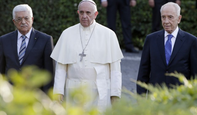 (L-R) Palestinian President Mahmoud Abbas, Pope Francis and Israeli President Shimon Peres arrive in the Vatican Gardens to pray together at the Vatican June 8, 2014. REUTERS/Max Rossi (VATICAN - Tags: RELIGION POLITICS) - RTR3SRQT