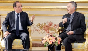 French President Francois Hollande (L) speaks with Archbishop Georges Pontier, president of the French Episcopal Conference prior to a meeting at the Elysee Palace in Paris October 7, 2013.  AFP PHOTO POOL JACKY NAEGELEN / AFP PHOTO / POOL / JACKY NAEGELEN