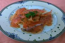 Salmone fresco marinato all'aneto con insalatina di finocchi e pomodori verdoni