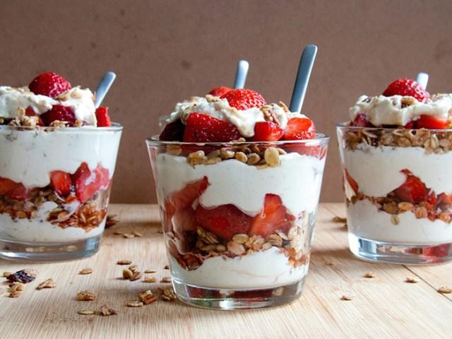 yogurt con fragole e granola