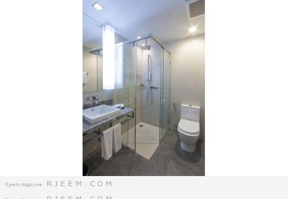 المرايا تظهر الحمام بشكل كبير مع المساحات الضيّقة